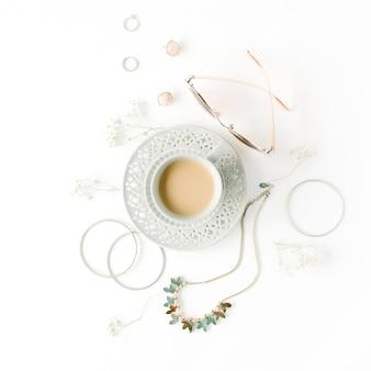 Café da manhã com uma xícara de café com leite e arranjo de acessórios de moda em branco