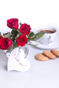Café da manhã com uma xícara de café e rosas vermelhas