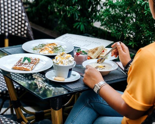 Café da manhã com várias sobremesas