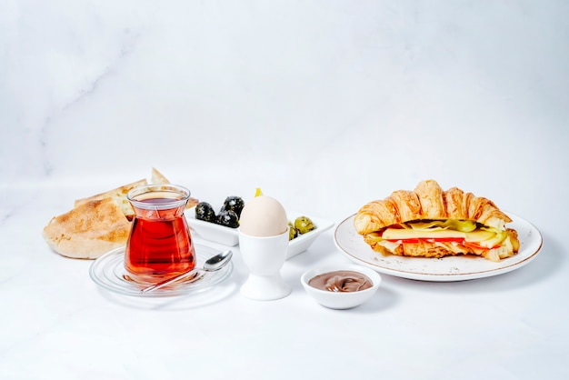 Café da manhã com vários alimentos e chá preto