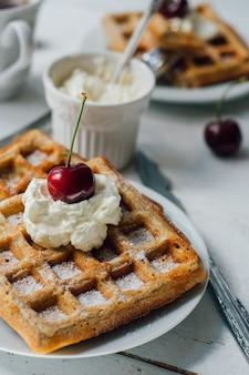 Café da manhã com waffles integrais e chantilly