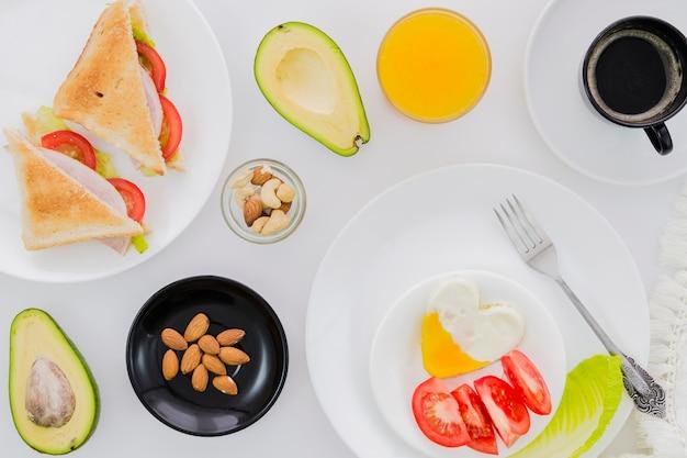 Café da manhã com xícara de café e frutas