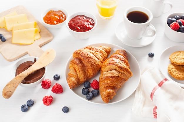 Café da manhã continental com croissant, geléia, chocolate e café