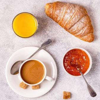 Café da manhã continental com croissants frescos, suco de laranja e café