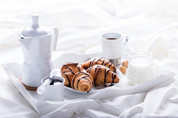 Café da manhã continental com croissants frescos