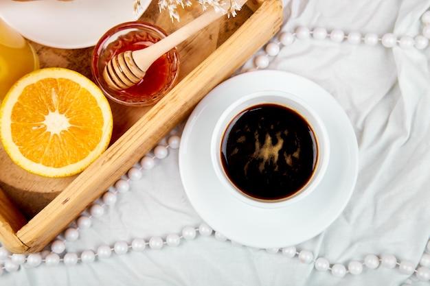 Café da manhã continental em lençóis brancos
