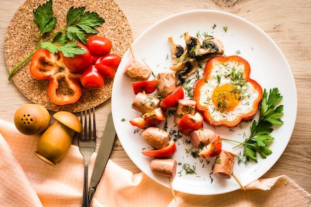 Café da manhã cozido - ovos mexidos, linguiça e pimentão
