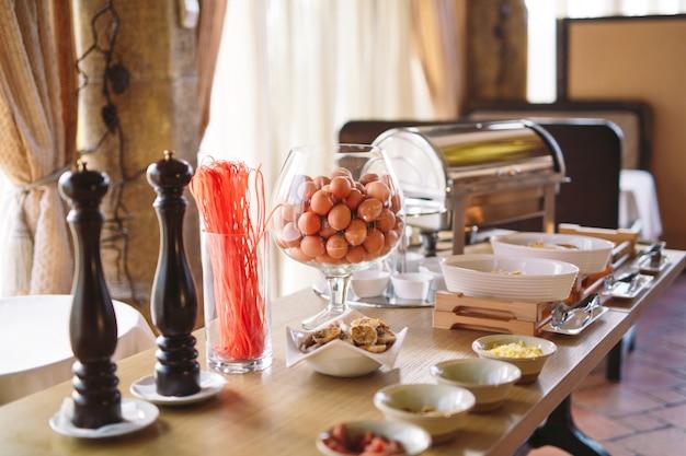 Café da manhã. cozinhar ovos no restaurante ou hotel.