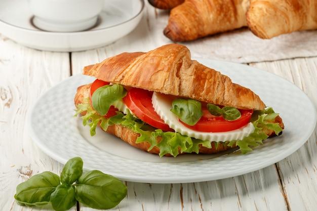 Café da manhã, croissant de sanduíche