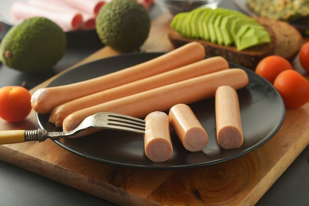 Café da manhã cru das salsichas do cachorro quente da galinha