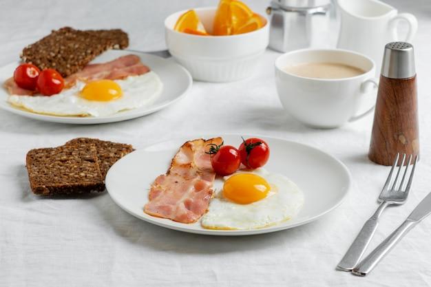 Café da manhã de alto ângulo com ovos e tomates