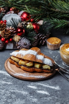 Café da manhã de ano novo com croissants