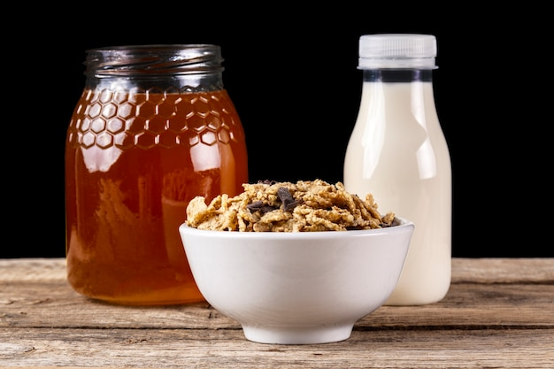 Café da manhã de cereais com mel e leite