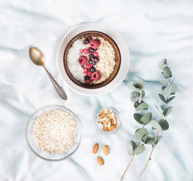 Café da manhã de cereais na cama
