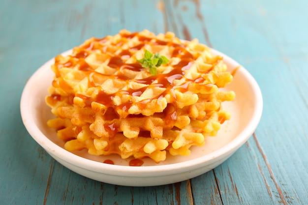 Café da manhã de fim de semana: waffles com calda de caramelo