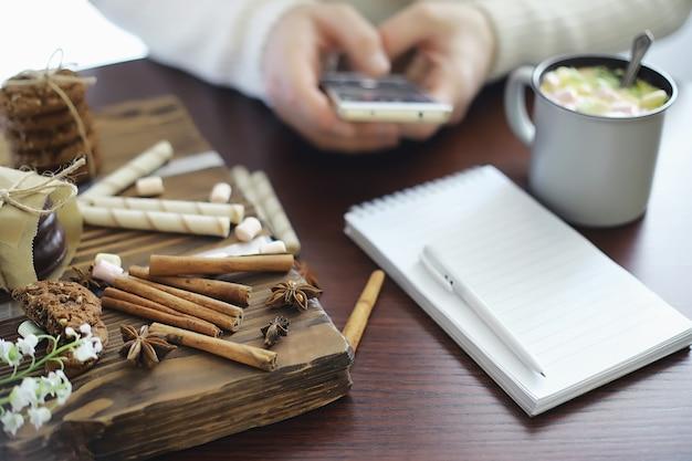 Café da manhã de inverno. uma xícara de chocolate quente com marshmallows e biscoitos recém-assados. biscoito de gengibre e café.