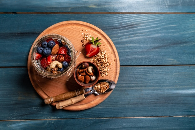 Café da manhã de iogurte natural fresco com granola caseira e mirtilos morango