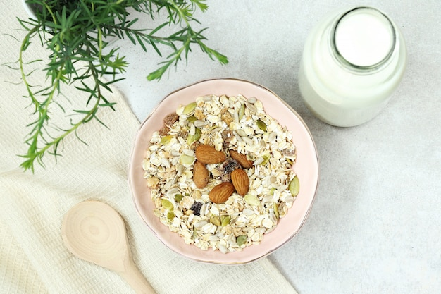 Café da manhã de muesli com leite na mesa cinza