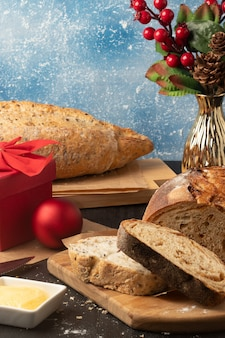 Café da manhã de natal com pães diferentes.