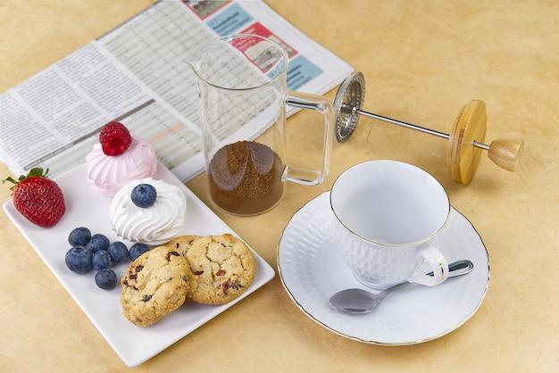 Café da manhã de negócios com jornal fresco