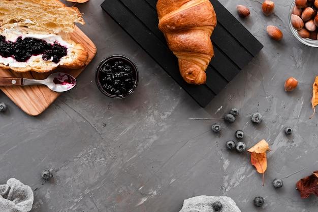 Café da manhã de outono com croissants e geléia