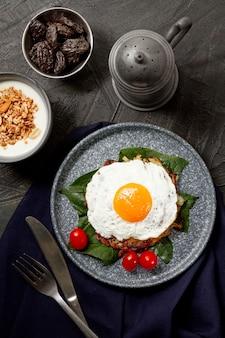 Café da manhã de ovo frito plana leigos