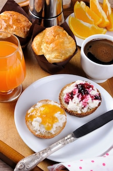 Café da manhã de pãozinho com ricota de laranja e geléia de cereja
