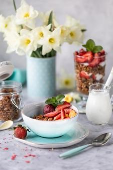 Café da manhã de primavera com flores, cheesecakes e frutas frescas