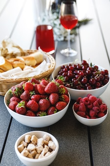 Café da manhã de verão. bagas suculentas e doces na mesa.