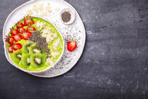 Café da manhã de verão detox green smoothie.