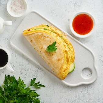 Café da manhã descolado com quesadilla e ovos, comida tendência com omelete, queijo
