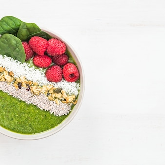 Café da manhã detox green smoothie de banana e espinafre