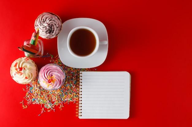 Café da manhã divertido para crianças. cupcake em brigth espaço vermelho