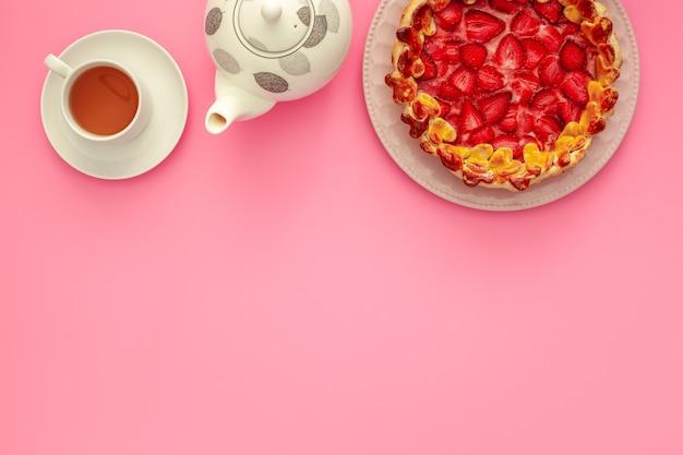 Café da manhã do dia dos namorados com torta de morango e chá