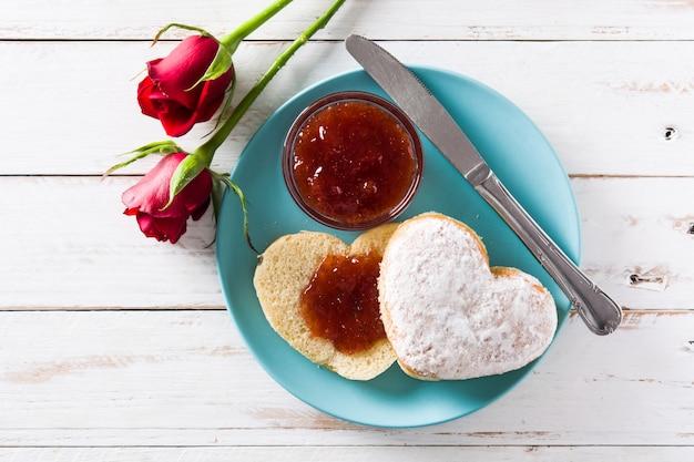 Café da manhã do dia dos namorados em forma de coração, geléia de frutas e bagas vista superior