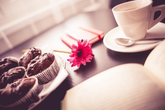 Café da manhã e flor rosa