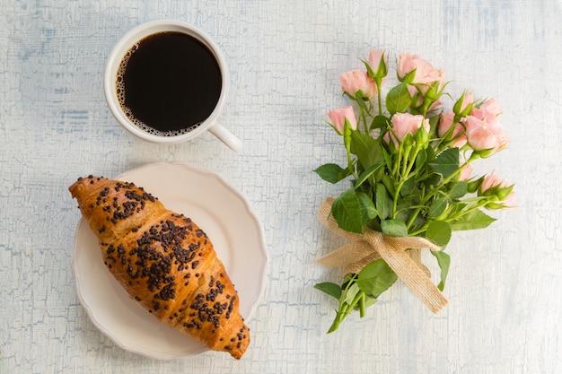 Café da manhã e flores