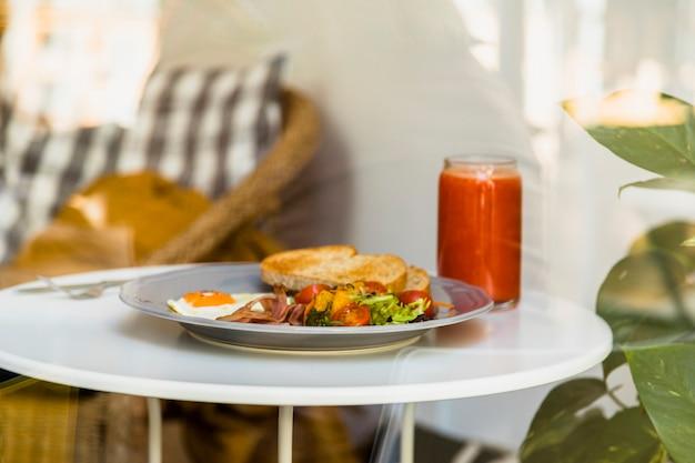 Café da manhã e smoothies na mesa branca redonda