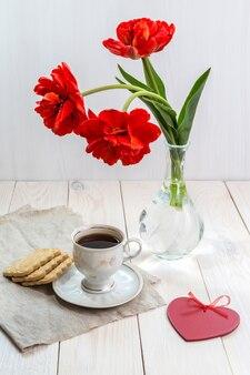 Café da manhã e um buquê de tulipas