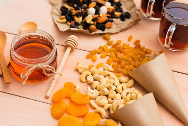 Café da manhã e uma variedade de frutas secas com nozes e mel no café da manhã.