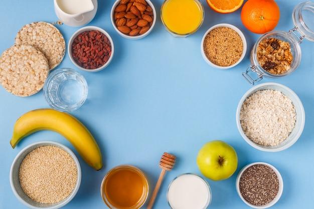 Café da manhã em um fundo azul pastel