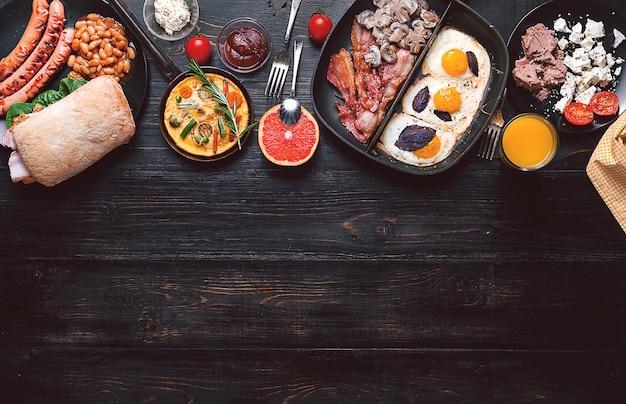 Café da manhã em uma mesa de madeira preta em estilo rústico