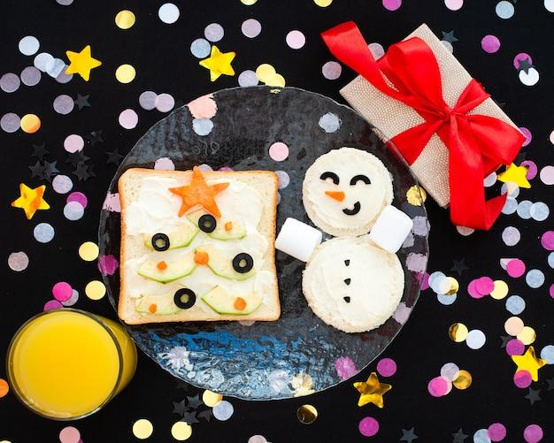 Café da manhã engraçado, sanduíches, árvores de natal, boneco de neve.