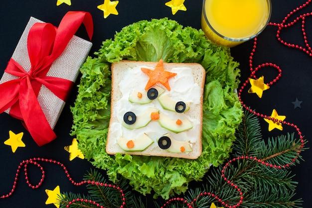 Café da manhã engraçado, sanduíches em forma de árvores de natal.