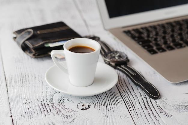 Café da manhã enquanto trabalha no laptop