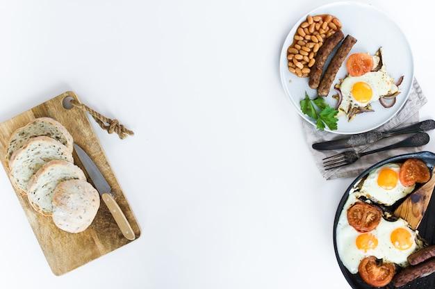 Café da manhã equilibrado saudável em uma placa cinzenta em um fundo branco.