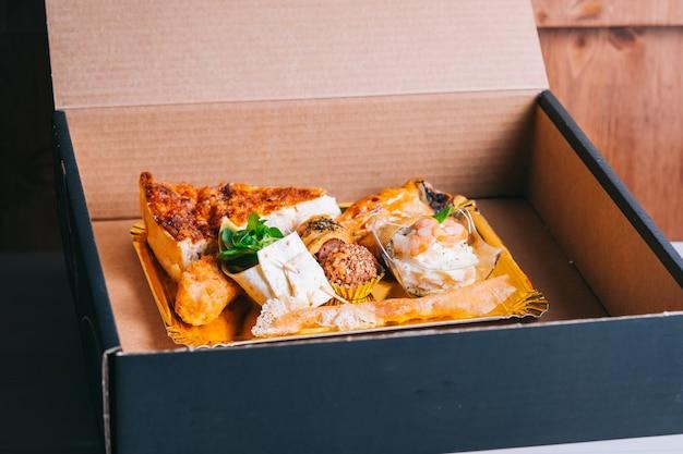 Café da manhã espanhol para entrega de omelete com sanduíche de batata jamon em caixa de papelão entrega segura