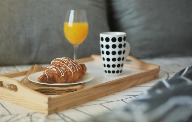Café da manhã estilizado na cama.