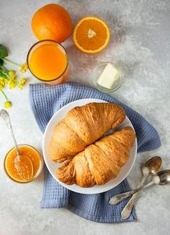 Café da manhã europeu com croissants frescos, geléia e café. café da manhã em uma mesa de luz, vista de cima. fundo de comida.