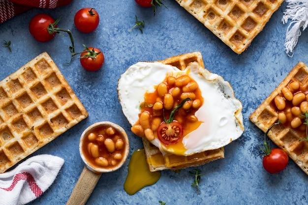 Café da manhã festivo com waffle de feijão e ovos